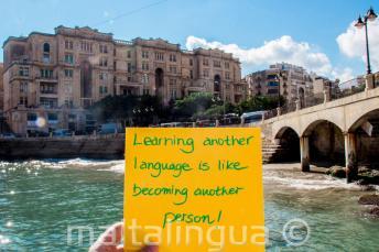 Başka bir dili öğrenmek, başka bir kişi olmak gibidir. St Julians'daki Balluta Körfezi'nde