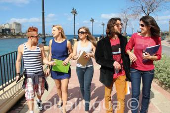 Öğrenciler St Julian's Bay, Malta'da okuldan sonra İngilizce pratik ediyorlar