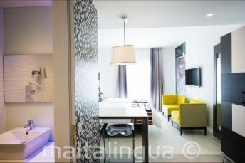 Valentina otelinde banyo ve oturma odası