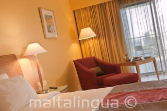 Le Meridien otelinde lüks bir konuk odası, Malta
