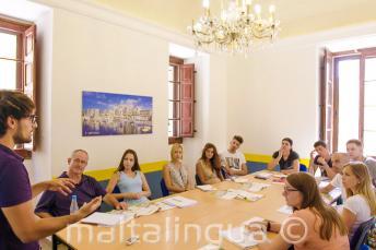 Bir sınıf öğretmeni, bir sınıf İngilizce dil öğrencileri ile konuşurken