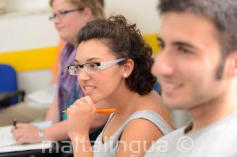 Bir öğrenci dikkatle dinliyor