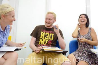 Öğrenciler gülüp sınıfta eğleniyorlar