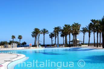 Hilton Malta yüzme havuzu, deniz manzaralı