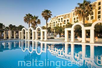 St Julians, Malta'daki Hilton'un açık yüzme havuzu