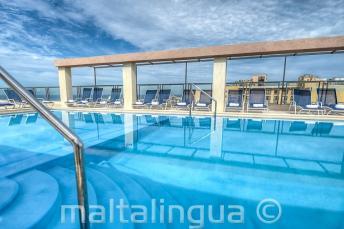 Alexandra oteldek' çatı havuzu, Malta