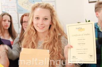 Genc bir ogrenci Ingilizce kursu dil sertifikasiyla