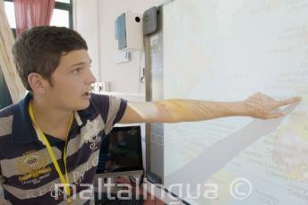 Bir dil okulu ogrencisi Ingilizce prejesi icin haritayi gosteriyor