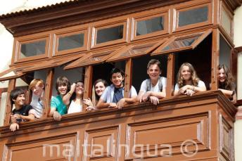 Genc ogrenciler okulun balkonundalar