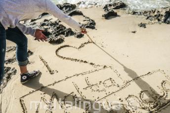 Bir ogrenci kumlara 'seni seviyorum maltalingua' yaziyor