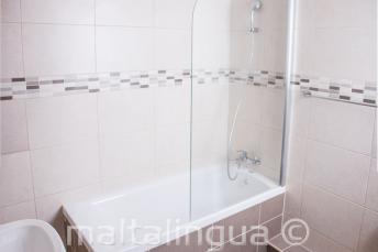 St Julians'daki okul apart daire banyosu
