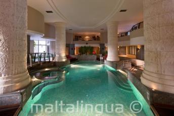 St Julians, Malta'da bir otelde kapalı yüzme havuzu ve spa