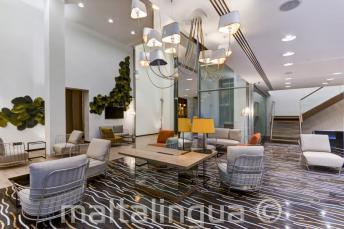 St Julians'daki Valentina otelin lobisi ve oturma alanı