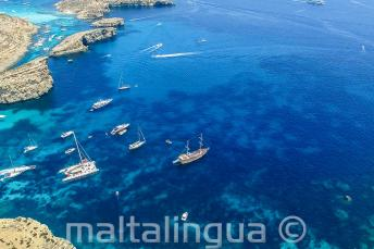 Comino, Malta uzakta tekneler yelken açıyor