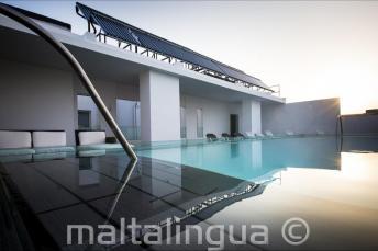 Valentina oteldeki çatı katı yüzme havuzu