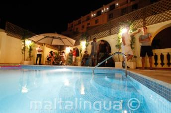 Akşamları okul çatı havuzu