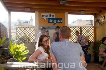 İngiliz öğrenci terasında öğretmeniyle konuşuyor