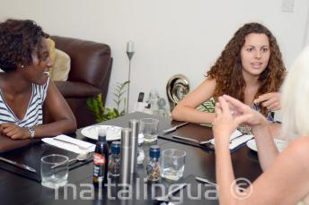 St Julians'daki ev sahibi aileleriyle birlikte yemek yemeğinde İngilizce öğrencileri