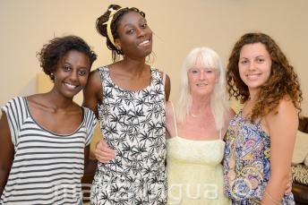 Ev sahibi aileleri ile poz veren İngilizce dil öğrencileri