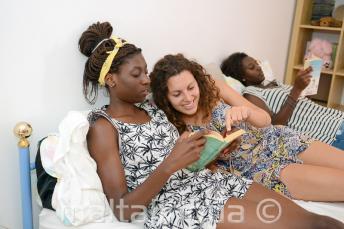 Bir öğrenci misafir aile üyesi olan bir kitabı okuyor