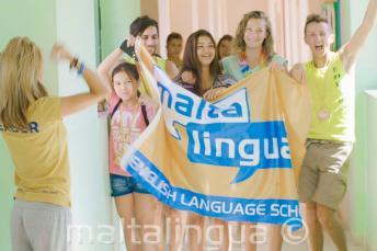 Bir grup ogrenci yaz okulumuzda Maltalingua bayragini tasiyorlar