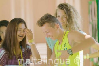 Yaz okulu ogrencileri ders aralarinda guluyor ve dans ediyor