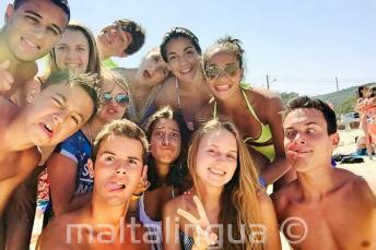 Dil okulu ogrencileri plajda komik suratlar yapiyorlar