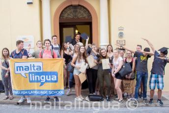 Maltadaki dil okulumuzda genc ingilizce kursu ogrencilerimizin grup fotografi