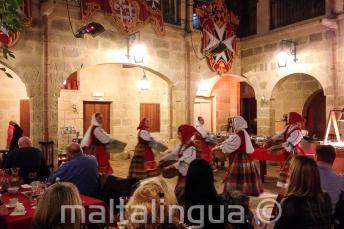 Geleneksel Malta dansçıları bir lokantada gösteri yapıyor