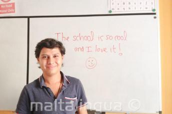 Tahta üzerinde iyi bir geri bildirim yazan bir İngiliz öğrenci