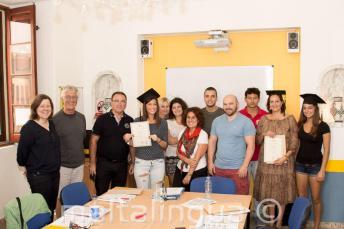 İngilizce kursunu başarıyla tamamlayan öğrenciler