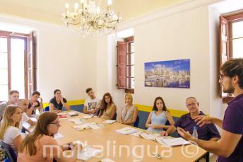 Öğretmenleri İngilizce dil sınıfında dinleyen öğrenciler