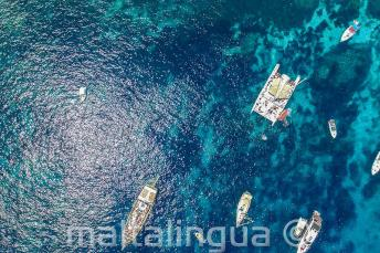 Comino'daki Crystal Bay teknelerin havadan fotoğrafı