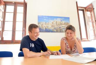 Malta'daki okulumuzda özel bir İngilizce kursu veren bir öğretmen