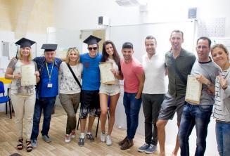 Ders bitirme belgeleriyle birlikte dil okulu öğrencileri