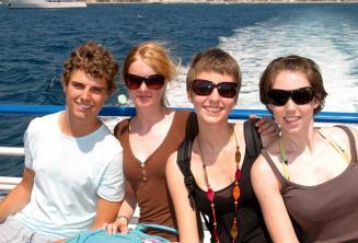 Bir aile ingilizce kursundaki tekne gezisinde egleniyor
