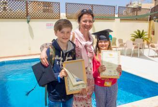 Anne ve iki cocugu beraber Ingilizce dil kursunu tamamlamislar