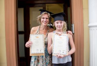 Anne ve cocugu birlikte ingilizce dil kursu sertifikalarini aliyorlar