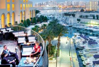 Malta'daki Hilton arka balkon ve Portomaso Limanı