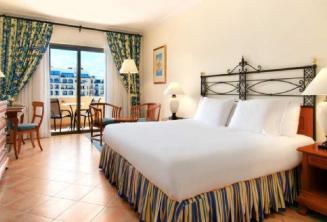 Malta'daki Hilton otelinde yatak odası