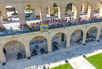 Maltalingua ogrencileri Valletta, Upper Barrakka'dan el salliyorlar