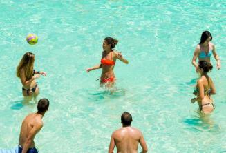 Genc dil okulu ogrencilerimiz Malta'daki Blue Lagoon'da voleybol oynuyor