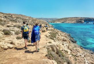 Ingilizce dil okulu ogrencileri Blue Lagoon'un yaninda yuruyorlar