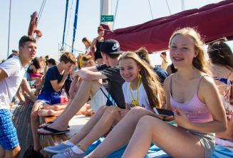 Genc ogrenciler tekne turunda egleniyorlar