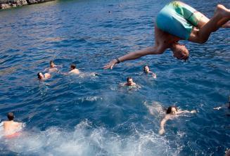 Dil okulu ogrencileri tekneden atliyorlar