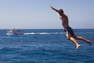 DIl okulu ogrencisi tekneden atliyor