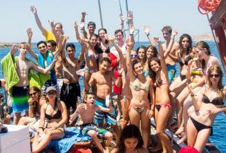 Bir grup genc ogrenci tekne gezisinde