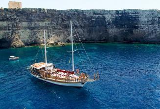 Crystal Bay, Comino'ya dil okuluyla tekne gezisi