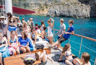 Ogrenciler teknede gunesleniyorlar