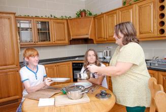 Ogrenciler host aileleriyle birlikte aksam yemegi yiyorlar